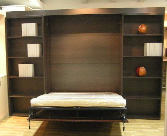 立靠在墙边的双层壁柜还可以用来睡觉。只要拉开旁边锁扣,用力往下一拉,一张简易的单人床即刻出现在眼前。整个壁柜都是由实木制成的,拉开后下层搁板就被隐藏在床底,完全可当储物单元来使用,设计构思着实让人眼前一亮。   多功能装饰柜   装饰柜是小居室比较适宜的家具之一,因为它占地少,而功能又无限大,既可做电视柜、装饰品柜,又可做书柜,却只占据了客厅中的一面墙。装饰柜可以是密度板的,也可以是金属的,当然以整体效果为重。   厨房躲猫猫   如今一些技艺高超的设计师能设计将整个厨房都藏起来的创意,平时