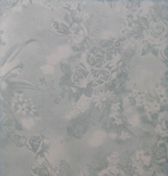 安装或施工说明: 玻璃纸的粘贴很简单,计算好所需尺寸后把玻璃纸撕开,接着用洗洁精水抹于作用面上,边抹边贴,自然风干即可,墙纸的粘贴要求较高,所需工具主要有:墙纸刷、墙纸刀、接逢滚子、水平尺、剪刀、步骤如下: 1、先测量由天花到脚线的高度并加上10cm作为顶端和底端的余量,把墙纸铺开,画出第一条墙纸并用剪刀剪开,令墙纸图案朝上放置,应沿着纵向把图案对准,要记住留下足够的余量,把各长条编号,并在墙纸背部标上衬贴的方向,所有墙纸剪开,编号之后,放置一旁,取出第一长条,图案朝下放在工作台上涂布胶水。 2、按1m