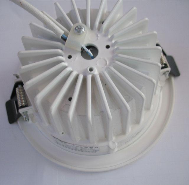 三立筒灯的安装方法