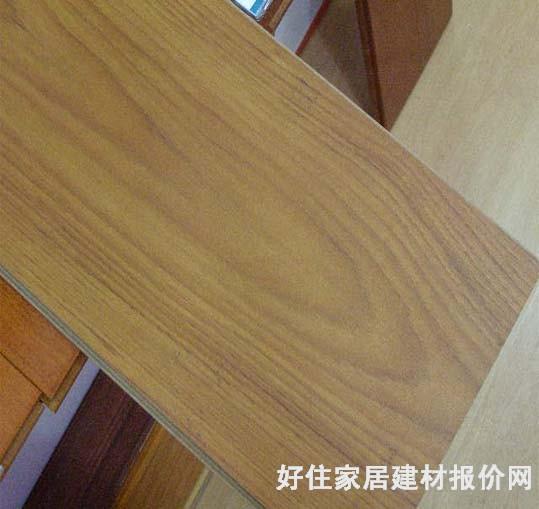 三层实木复合地板是指以实木拼板为面层,实木条为芯层,单板为底层制