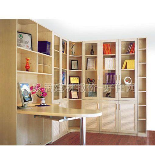 采购指南: 一、注意书柜的质量。 要仔细查看书柜质量是否合格,检查其质量说明书上标明的木材种类,书柜一定要选择结实耐用的木材;同时看书柜外面所刷油漆是否光滑均匀,靠近书柜闻闻油漆是否有刺鼻气味,如果有刺鼻气味,就最好不要购买;开合橱柜的柜门,看是否顺畅,如果出现咯吱咯吱的声音,则最好也不要购买。 二、选择合适的书柜形状。 市场上常见的书柜有一字形、L形和U形,书房面积较小的家庭比较适合购买一字形的书柜,面积适中的家庭可以选择L形书柜,面积较大的家庭可以选择U形书柜。 三、注意书柜的深度,厚度和高度。 有