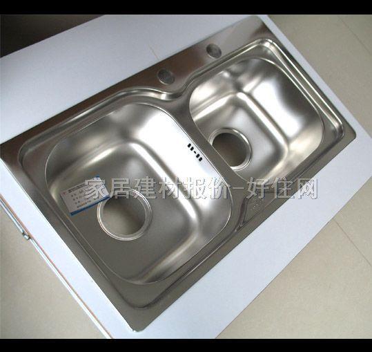 如何选购: 1.水槽的深浅需要配合橱柜的空间。槽的开槽深浅也是关乎其价格的重要因素,往往是开槽越深的成本越高,但购买时也要注重配合橱柜的空间。另外,水槽内部的空间越大,其利用率越高,这样的水槽实用性也更好一些。 2.水槽的材质选择上有不锈钢,陶瓷等。但注重板材不宜过厚。选择不锈钢水槽时,一般情况下,1.