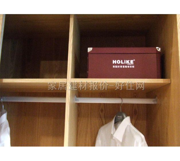 在选择木家具或板材时应注意的几个问题 1、实木家具要警惕以次充好 实木板由于质量好,没污染,美观大方,受到很多装修户的青睐。买红木家具时,要警惕板材商以次充好。据记者了解,目前在实木板市场经常出现以次充好的现象。市场上有不少标注为红木制造的家具,只需4000多元就可买到,而实际上其原料是用红心漆、缅红漆等普通杂木冒充的。 红木价格差异很大,差额有时甚至达每平方米数千元。在购买实木家具时,一定要事先了解好要买板材的特点。比如,缅红漆的心材色红,然面遇空气后逐渐变为紫褐色?