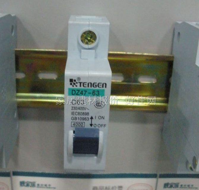 断路器的几大功能: A、短路保护:就是火线和零线接触,瞬间电流很大,断路器跳闸。 B、过载保护:就是用电电流超过电器的额定电流,断路器跳闸。 C、漏电保护(电漏电保护装置):就是当漏电电流超过30毫安时,漏电附件自动拉闸,主要是保护人体安全的。 1P断路器与DPN断路器的区别: 一、1P就是火线进断路器,零线不进,DPN是火线和零线同时进断路器,切断时火线和零线同时切断,对居民用户来说安全性更高。 二、2P断路器也为双进双出,即火线和零线都进断路器,但2P断路器的宽度比1P和DPN断路器宽一倍。 三、