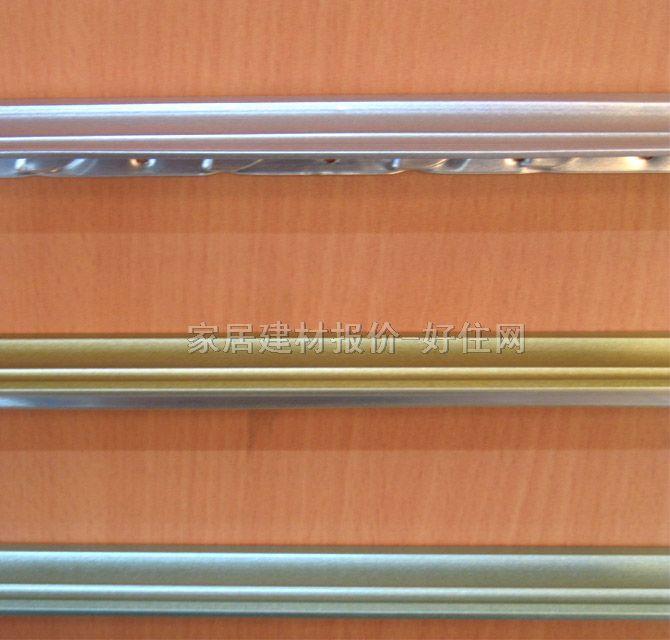 轻钢龙骨 轻钢龙骨是安装各种罩面板的骨架,是木龙骨的换代产品。轻钢龙骨配以不同材质、不同花色的罩面板,不仅改善了建筑物的热学、声学特性,也直接造就了不同的装饰艺术和风格,是室内设计必须考虑的重要内容。 轻钢龙骨分类 1.从材质上分有铝合金龙骨、铝带龙骨、镀锌钢板龙骨和薄壁冷轧退火卷带龙骨。