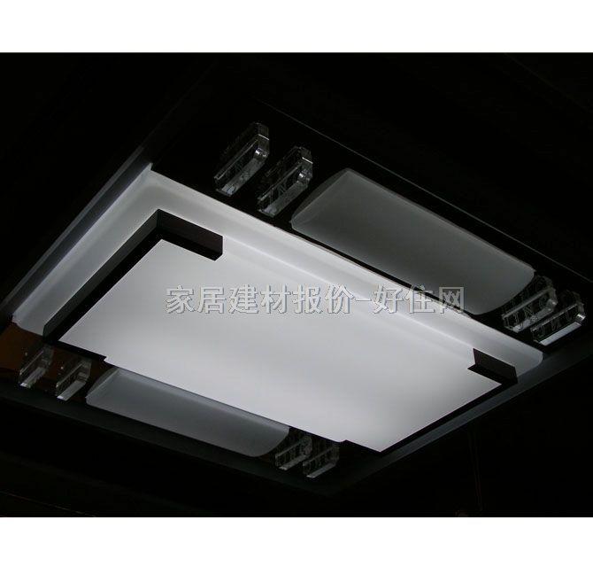 吸顶灯适用场所规范 灯具安装面与建筑物天花板紧贴的灯具俗称为吸顶灯具,吸顶灯具用于提供室内的环境照度。室内灯具可以使用的光源有普通白炽灯泡、荧光灯、高强度气体放电灯、卤钨灯等。不同光源的吸顶灯具适用的场所各有不同。 使用荧光灯和白炽灯的吸顶灯具主要用于居家、教室、办公楼等空间层高为3米左右场所的照明,功率和光源体积较大的高强度气体放电灯主要用于体育场馆、大商场和厂房等楼层高度在4至9米场所的照明。 为了在节能的同时在工作面取得足够的亮度,家居、学校、商店和办公室照明的首选产品是荧光吸顶灯具。被大量采用的荧